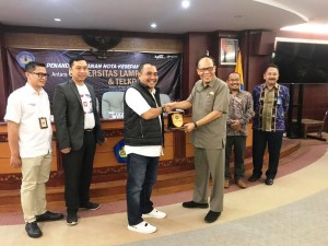 Rektor UNILA, Prof. Dr. Ir. Hasriadi Mat Akin dan VP Sales & Marketing Telkomsel Area Sumatera, Erwin Tanjung.