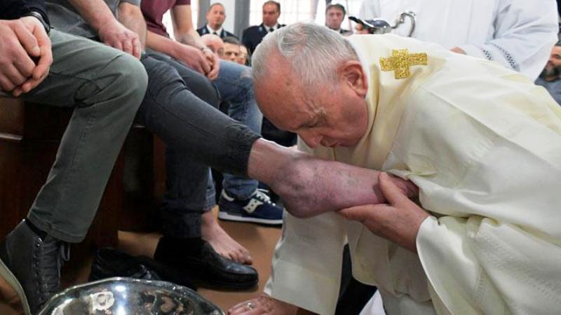Paus Fransiskus mencium kaki tahanan saat perayaan Kamis Putih menjelang Hari Raya Paskah di Penjara Velletri, Italia, 18 April 2019. Vatican Media/Handout via REUTERS
