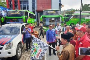 Walikota Bandar Lampung, Herman HN bersama Manager Branch Telkomsel Lampung, Asep Jalaluddin saat Ceremony keberangkatan Program Mudik Bareng 134 orang pelanggan di Kantor Telkomsel Lampung, Jumat, 31 Mei 2019.