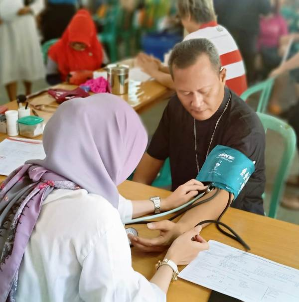 Uskup Keuskupan Tanjungkarang, Mgr Yohanes Harun Yuwono turut berpartisipasi pada acara donor darah di Gereja Maria Ratu Damai Teluk Betung Bandar Lampung, Minggu, 19 Mei 2019.