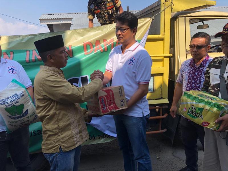 Ketua Yayasan Insan Damai Adreanus Budi Jaya saat penyerahan bantuan pada Ketua Musholla Nurul Amal Kaliawi.