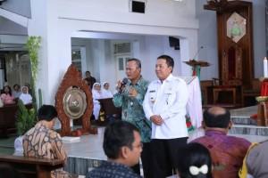 Gubernur Lampung Arinal Djunaidi bersama Uskup Keuskupan Tanjungkarang, Mgr Yohanes Harun Yuwono di Gereja Katedral Kristus Raja, Selasa, 24 Desember 2019.