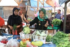 Wakil Gubernur Lampung, Chusnunia Chalim saat membuka Gelaran Pangan Murah di salah satu titik lokasi di Jalan Teluk Tomini RT.06 LK.III, Kelurahan Pidada Kecamatan Panjang, Jumat (20/12/2019).