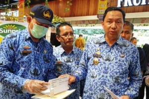 Kepala DKP Provinsi Lampung, Ali Subaidi (kanan) didampingi Kepala Bidang Keamanan Pangan DKP Provinsi Lampung, Oktovia Hafid, saat memaparkan hasil sidak di Transmart Bandarlampung, Kamis, 19 Desember 2019.