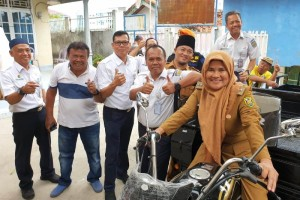 PT KAI Divre IV Tanjungkarang saat menyerahkan bantuan CSR di Keluarahan Pasir Gintung, Kamis, 26 Desember 2019.
