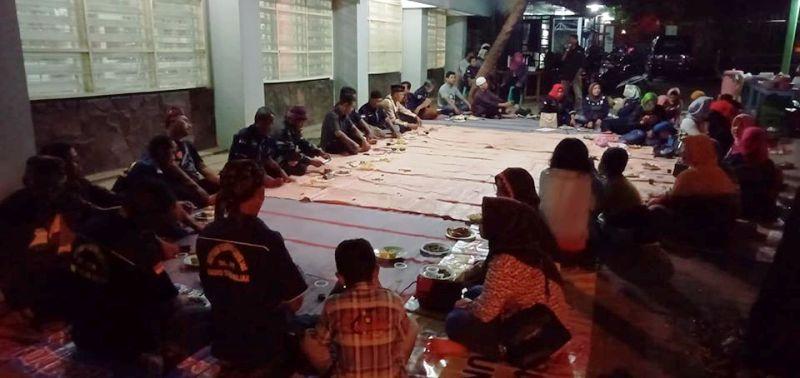 Para anggota Paguyuban Pandemen Capursari Radio Suara Wajar saat merayakan kembalinya Mbah Gaul di halaman parkir studio, Sabtu malam, 14 Desember 2019.