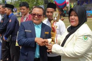 Kepala Dinas Sosial Provinsi Lampung, Sumarju Saeni saat memberikan selamat pada penerima penghargaan di lapangan Pekon Panggung Rejo, Sukoharjo, Pringsewu, Minggu, 15 Desember 2019.