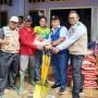 GM PLN UID Lampung, Pandapotan Manurung saat menyerahkan bantuan pada korban terdampak banjir di Kecamatan Semaka, Tanggamus, Senin, 13 Januari 2020.
