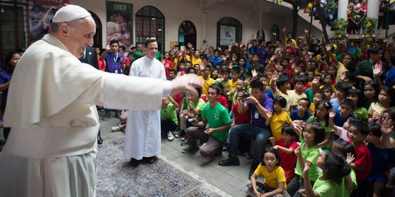 2209538Paus-Fransiskus-menyapa-anak-anak-Filipina780x390