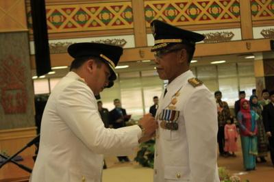 Gubernur Lampung M. Ridho Ficardo saat melantik Albar Hasan Tanjung sebagai Pejabat Bupati Way Kanan, di Balai Keratun, Minggu (23/08).