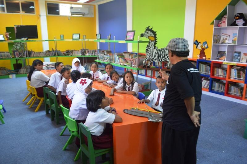 Kakek Boncel saat mendongeng di UPTD Perpusatkaan Daerah Lampung, Jl. W.R. Monginsidi No. 107/144 Bandar Lampung, (14/09).
