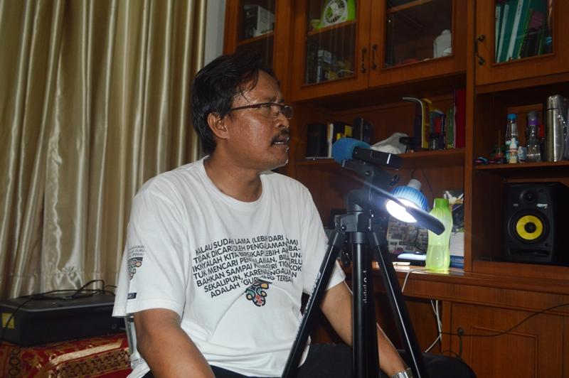RD Philipus Suroyo, Ketua Komisi Hubungan Antar Agama dan Kemasyarakatan Keuskupan Tanjungkarang, di ruang kerjanya di Pastoran Telukbetung, Bandar Lampung (19/09).