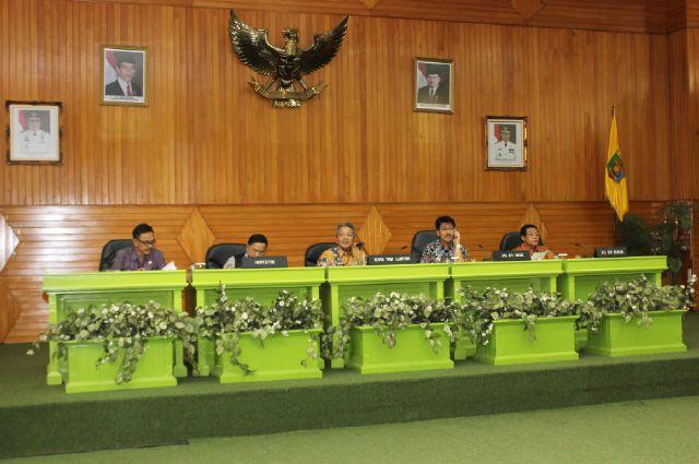 Arinal Djunaidi ketika memimpin Rapat Koordinasi dengan SKPD di  lingkungan Pemerintah Provinsi Lampung, Jumat (4/9) di Gedung Pusiban Kantor Gubernur Lampung.