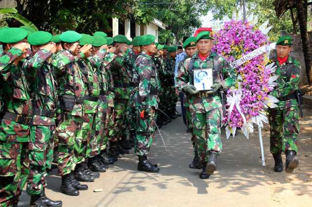 Pemakaman secara militer dr. Abdoel Moeloek dan Puti Alam Nasisjah, di TMP Tanjungkarang Bandar Lampung, Jumat (04/09)