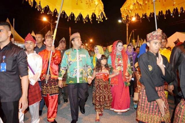 Gubernur Lampung M. Ridho Ficardo bersama keluarga saat arak-arakan menuju panggung utama Lampung Fair, PKOR Way Halim, Bandar Lampung (05/09).