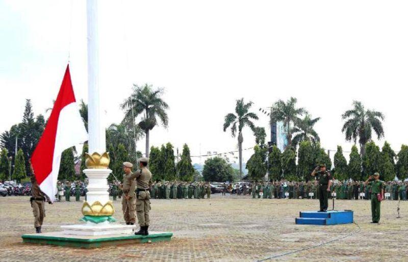 Asisten Bidang Pemerintahan Rifki Wirawan sebagai Inspektur Upacara pada Apel Mingguan di lapangan KORPRI Bandar Lampung, Senin (28/9).