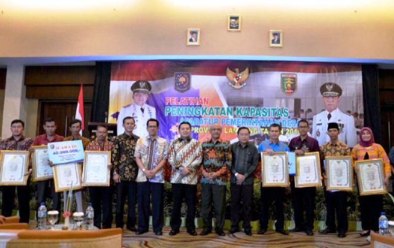 Gubernur Lampung M. Ridho Ficardo (tengah) pada acara Pembukaan Pelatihan Kapasitas Aparatur Pemerintah Desa Tahun 2015, di Hotel Emersia, Senin (26/10/2015).