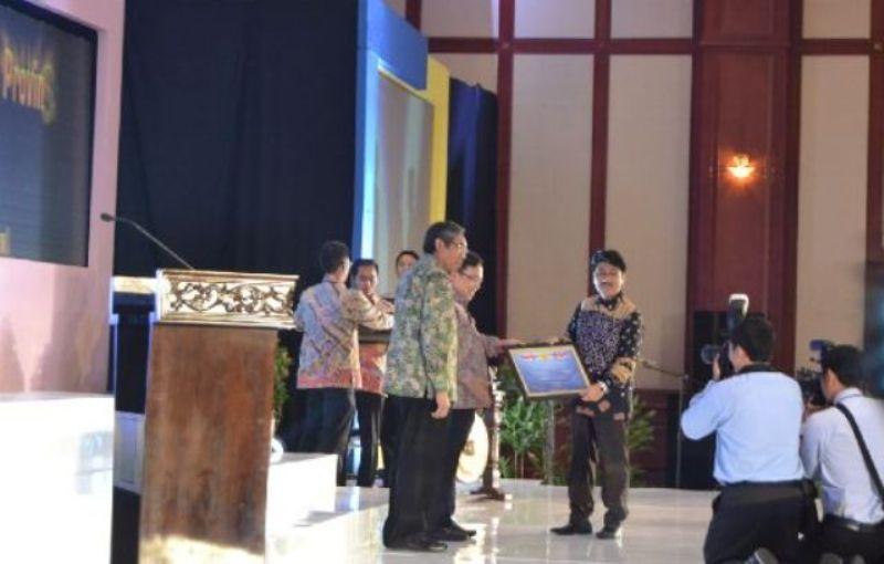 Gubernur Lampung diwakili Asisten Bidang Umum Hamartoni Ahadist menerima penghargaan yang diserahkan langsung oleh Menteri Keuangan Bambang Brodjonegoro, Jumat (2/10) di Gedung Dhanapala Kemenkeu RI di Jakarta.
