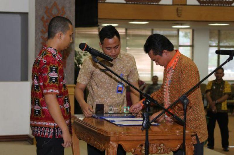 Penjabat Bupati Lampung Tengah, Edarwan (kanan) saat melakukan gladi bersih di Balai Keratun, Jumat (13/11).