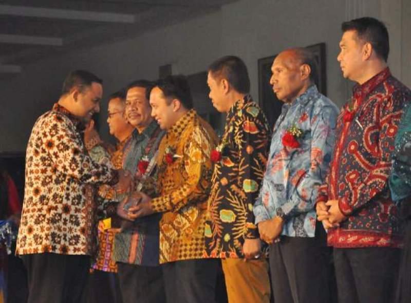 Menteri Pendidikan dan Kebudayaan Anies Baswedan saat penganugrahan Ki Hajar kategori Program Tingkat Pertama. kepada Gubernur Lampung M. Ridho Ficardo  Kamis malam (26/11) di Jakarta.