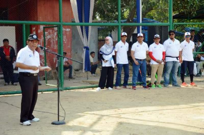 Asisten Bidang Perekonomian dan Pembangunan Adeham saat menyampaikan sambutan Gubernur dalam acara Open Turnamen Softball Piala Gubernur di Lapangan Perak Softball Baseball PKOR Way Halim, Sabtu (21/11/2015).
