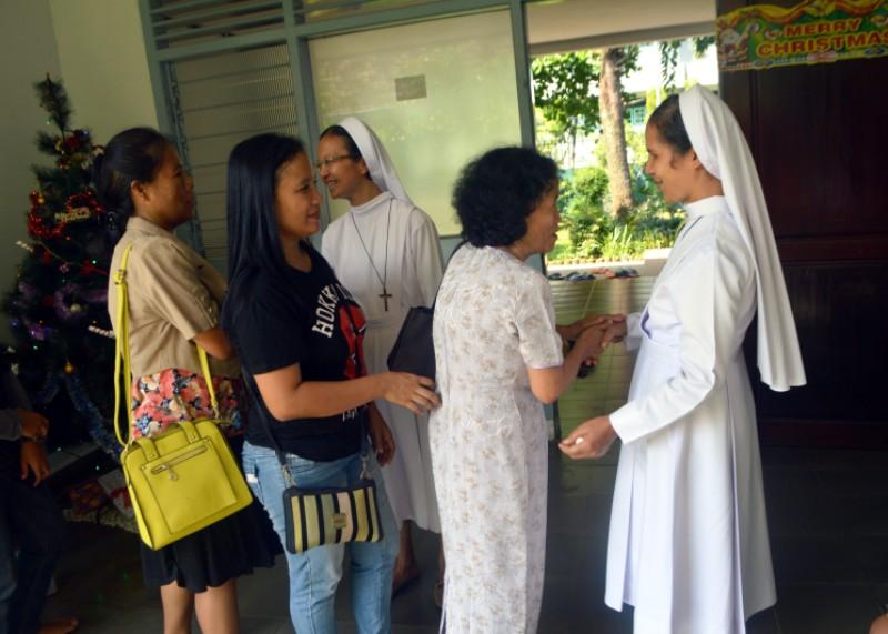 Suster-suter Komunitas FSGM Pahoman Bandar Lampung saat tengah menyambut tamu-tamu yang datang ke biara, Jumat 25 Desember 2015.