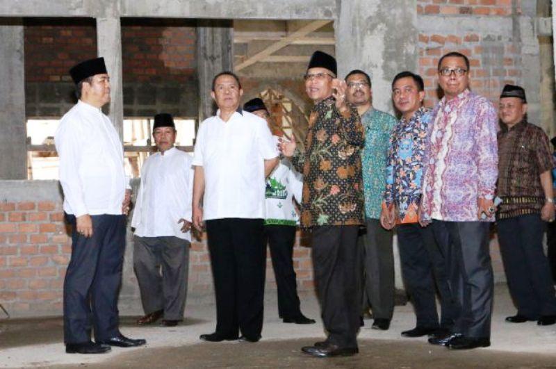Wakil Gubernur Bachtiar Basri saat meninjau pembangunan Masjid IAIN Raden Intan Bandar Lampung.