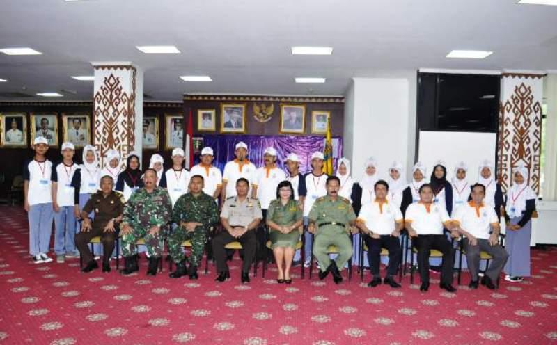 Para peserta Kegiatan Program Siswa Mengenal Nusantara Provinsi Lampung Tahun 2015 di Ruang Abung Balai Keratun, Senin (21/12/2015).