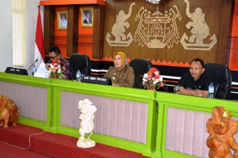 Rapat Koordinasi dan Verifikasi Media Cetak Pemerintah Provinsi Lampung Tahun Anggaran 2016 di Ruang Sungkai Balai Keratun, Rabu (16/12/2015).
