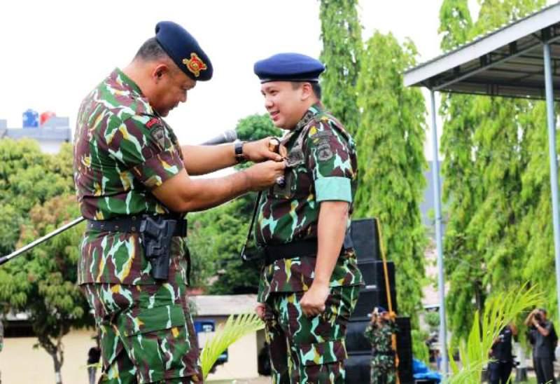 Kasat Brimob Polda Imam (kiri) saat menyematkan tanda Warga Kehormatan kepada Gubernur Lampung M. Ridho Ficardo di Markas Brimob Lampung, Rabu (16/12/2015).