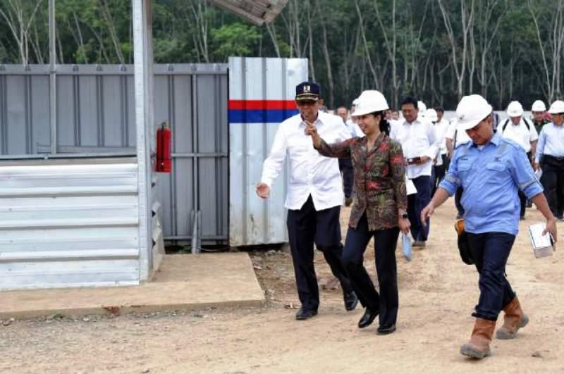 Menteri BUMN Rini Soemarno ketika memantau perkembangan pembangunan Tol Bakauheni-Terbanggi Besar di Desa Sabah Balau, Senin (7/12/2015).