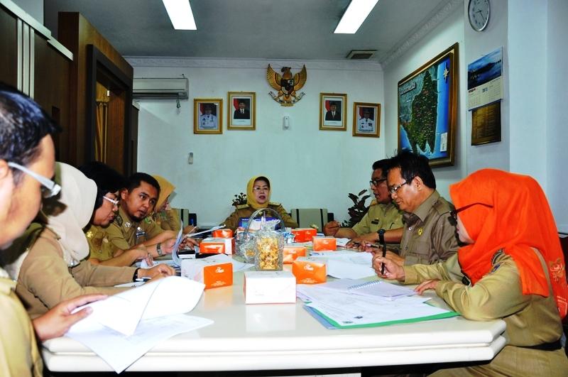 Asisten Bidang Kesra Elya Muchtar saat memimpin rapat pembahasan di ruangannya, Selasa (8/12/2015).
