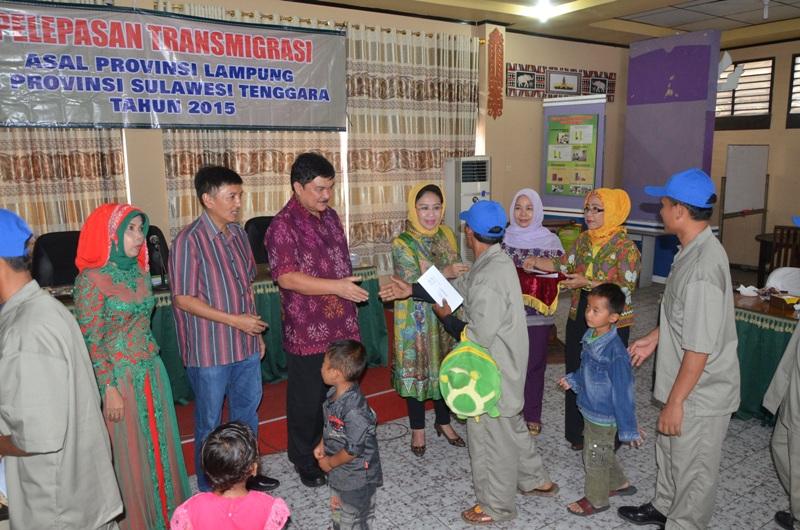 Acara pemberangkatan transmigran asal Provinsi Lampung yang akan bertolak ke Provinsi Sulawesi Tenggara di Aula Disnakertrans, Minggu (13/12/2015).