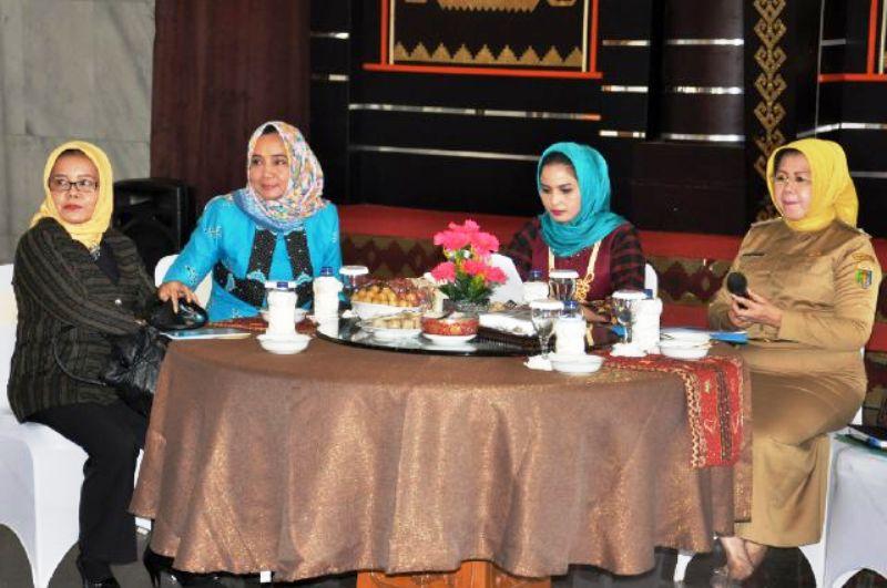 rapat koordinasi dalam rangka peringatan Hari Ibu ke-87 Tingkat Provinsi Lampung di Mahan Agung, Selasa (1/2/2015).