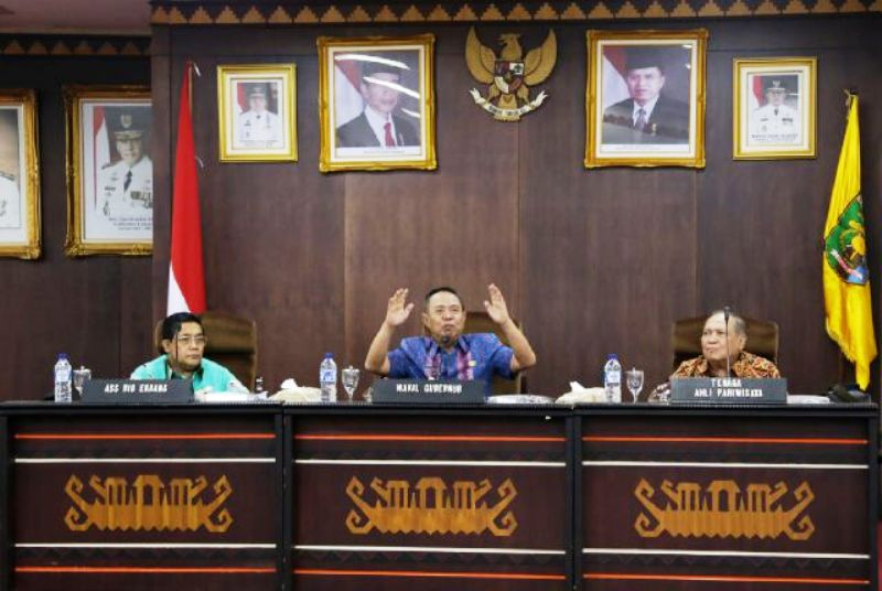 Wakil Gubernur Bachtiar Basri (tengah) saat memimpin Rapat Koordinasi Lintas Sektor Penyelenggaraan Kepariwisataan di Ruang Abung Balai Keratun Komplek Kantor Gubernur Lampung, Kamis 14 Januari 2016.