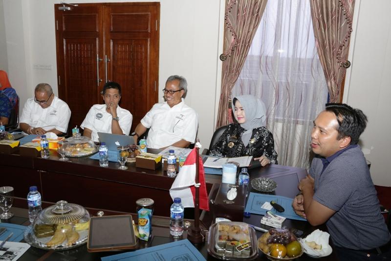 Gubernur Lampung M. Ridho Ficardo saat memimpin rapat percepatan pembangunan pariwisata Lampung, Kamis (21/1) di Ruang VVIP Bandara Radin Inten II Lampung Selatan.