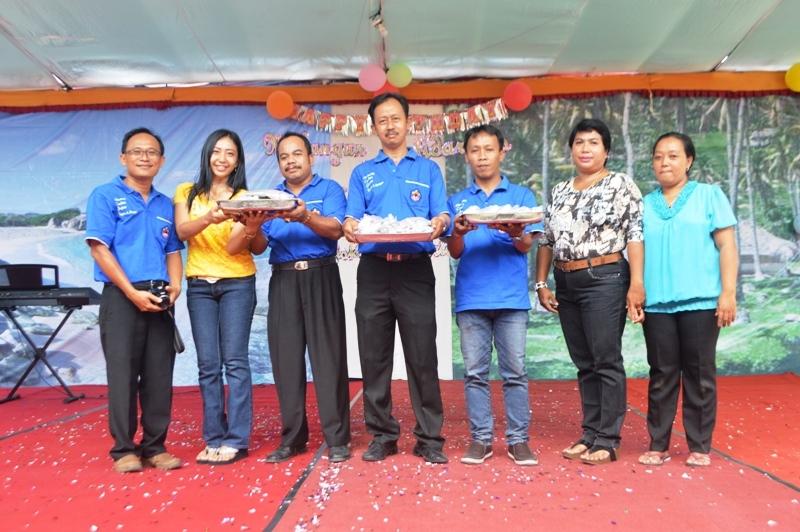 Penyerahan koin yang telah terkumpul, secara simbolis oleh pihak sekolah ke perwakilan orangtua siswa di halaman kompleks sekolah-sekolah Xaverius II Panjang, Bandar Lampung Jalan Yos Sudarso Km. 10 Sabtu 09 Januari 2016 pukul 12.30 wib.