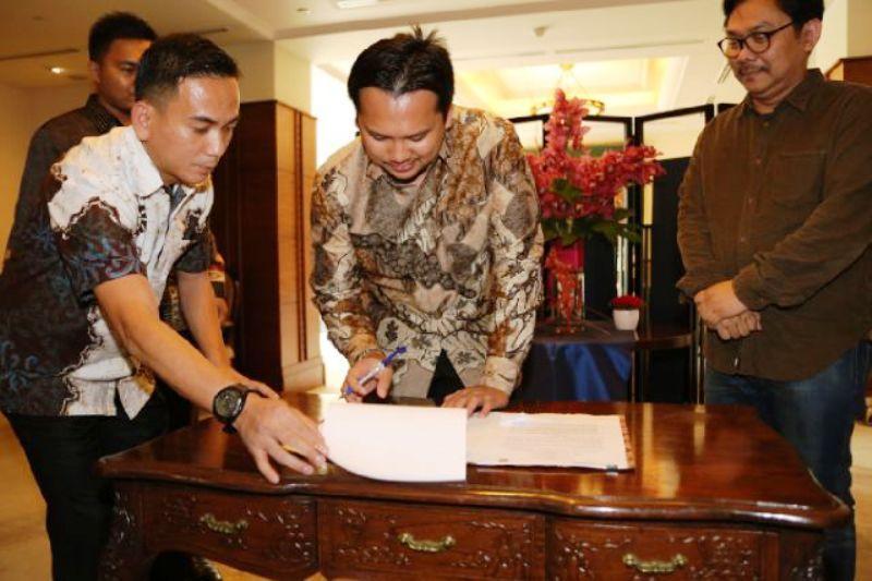 Gubernur Lampung M. Ridho Ficardo saat saat membubuhkan tanda tangan pada acara MoU dengan PT. Sumberdaya Sewatama di Bandar Lampung, Senin 11 Januari 2016.