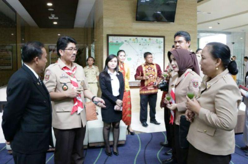 Asisten Bidang Administrasi Umum Sekretaris Daerah Hamartoni Ahadis saat kunjungan ke salah satu dhotel di Bandar Lampung didampingi oleh sejumlah kepala Satker, Rabu 13 Januari 2016.