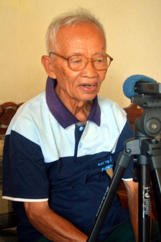 Yohanes Supardi (75) di kediamannya Jalan Imam Bonjol Gang Prona No. 46 B Kelurahan Segala Mider, Kecamatan Tanjungkarang Barat, Bandar Lampung, Sabtu 16 Januari 2016.