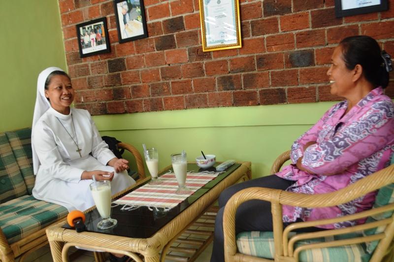 Ketua STIE Gentiaras Suster M. Francis LS, FSGM, saat berbincang akab dengan Kepala Sekolah Kridawisata Bandar Lampung Charitas I Gusti Ayu Chandrawasih di ruangannya Rabu 17 Februari 2016.