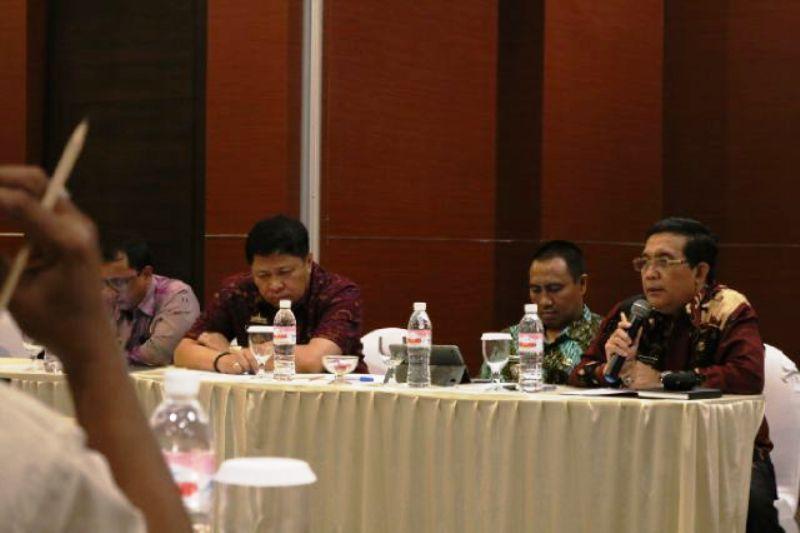 Asisten Bidang Ekonomi dan Pembangunan Adeham saat memimpin jalannya rapat bersama BUMN Pelaksana Jalan Tol, Kamis (3/3) di Bandar Lampung.
