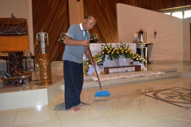 Ketua Dewan Stasi Pusat Gereja Santo Yohanes Rasul Kedaton Haryo Yudhanto ketika gotong royong membersihkan gereja, Sabtu siang 26 Maret 2016.