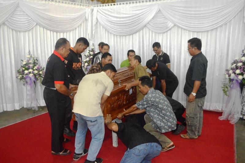Mgr. Emeritus Dr. A. Henrisoesanta, SCJ saat baru tiba dan disemayamkan di Aula Gereja Katedral Kristus Raja Tanjungkarang, Bandar Lampung Jumat 11 Maret 2016.