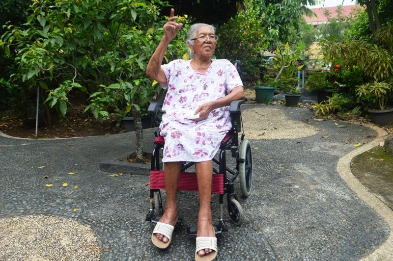 Lidwina Sukarsiem atau yang lebih dikenal dengan Bidan Karsiem, 91 tahun di halaman kediamannya, Rawa Laut, Bandar Lampung, Sabtu 19 Maret 2016.