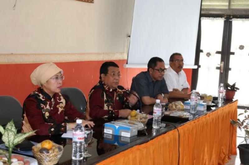 Asisten Bidang Ekbang Adeham (tengah) saat memimpin Musyawarah Perencanaan dan Pembangunan Pertanian Tanaman Pangan dan Hortikultura di Ruang Rapat Balai Pelatihan Pertanian, Kamis (02/02/3016).