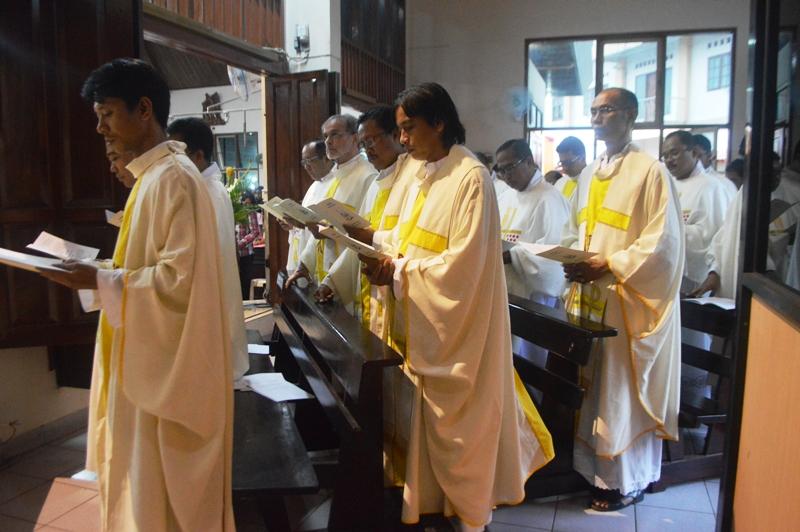Param Imam saat tengah membaharui janji imamatnya di Gereja Paroki Santo Yohanes Rasul Kedaton Bandar Lampung, Selasa 22 Maret 2016.