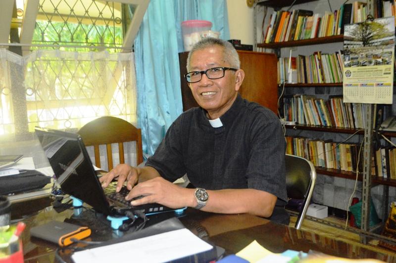 RP Yohanes Avila Suryo, SCJ Superior SCJ Wilayah Lampung, di ruang kerjanya di