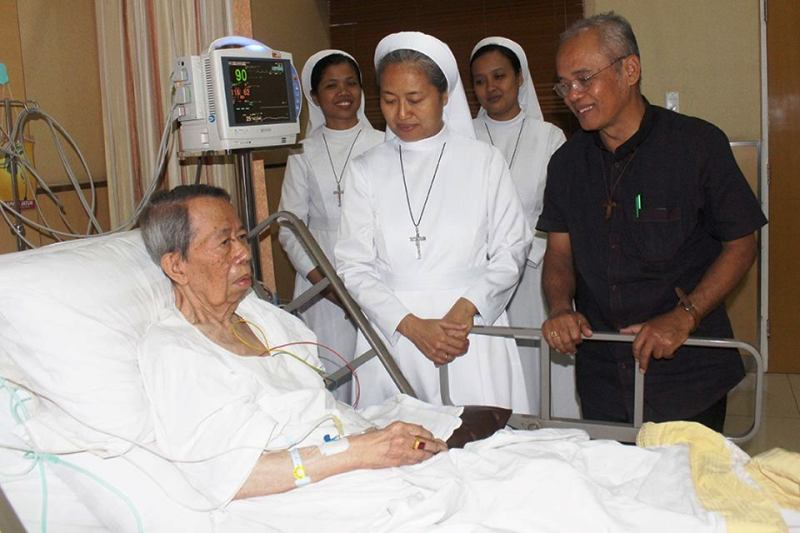 Sr. M. Aquina, FSGM bersama sejumlah suster lainnya dan Uskup Keuskupan Agats-Asmat, Papua Mgr. Aloysius Murwito, OFM saat menjenguk Mgr. Henri beberapa waktu lalu di Rumah Sakit St. Carolus Jakarta.