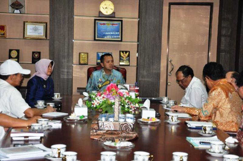 Gubernur Lampung M Ridho Ficardo ketika beraudiensi dengan Anggota DPR RI Komisi X Ismayatun, Rektor Unila Hasriadi Mat Akin dan Tim Nawacita Sunarto diruang kerjanya, Kamis 07 April 2016.